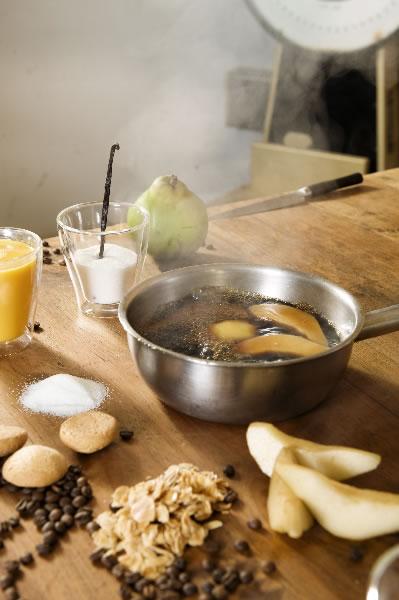 In koffie gepocheerde peer met bitterkoekjes en vanille-sabayon