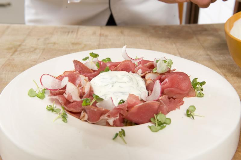 Salade van couscous met gerookte runderentrecôte van slagerij Langendijk en yoghurt verrijkt met verse mint