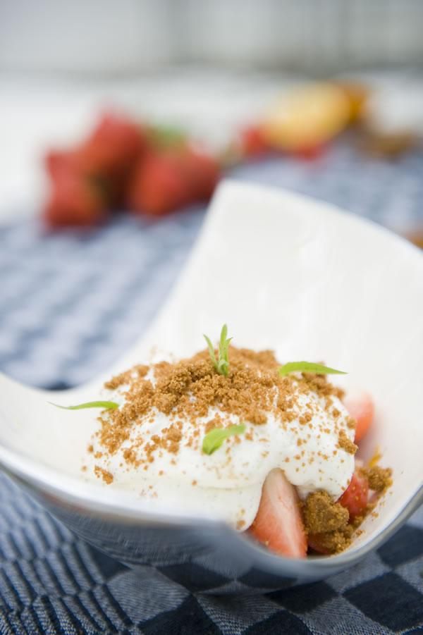 Aardbeien met verse mascarpone en kandijkoek