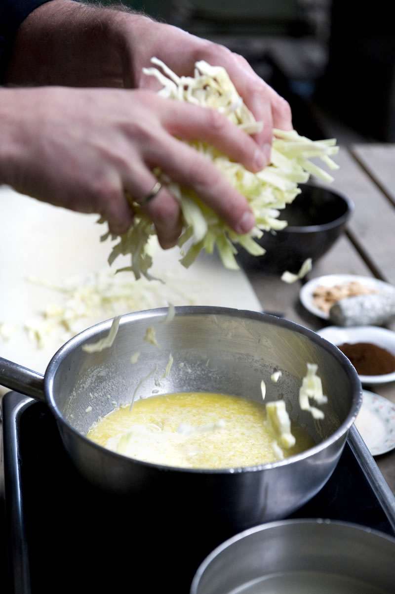 Westfriese tafel afl. 21 - Cremesoep van spitskool met geitenkaas, koffie en amandel