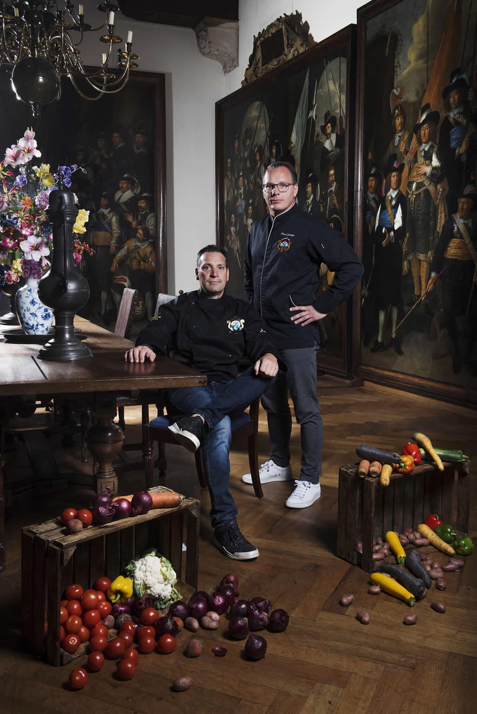 Gouden Eeuw Diner met Onno Kokmeijer (staand) en Erwin Hendriks in Westfries Museum - Foto Westfriese Tafel - Duco de Vries
